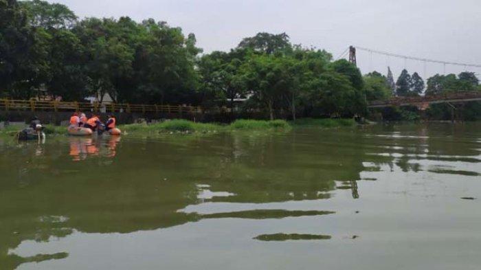 BPBD Kota Tangerang yang melakukan patroli air di Sungai Cisadane guna menemukan kabar 43 buaya yang lepas di sungai tersebut, Rabu (4/11/2020).
