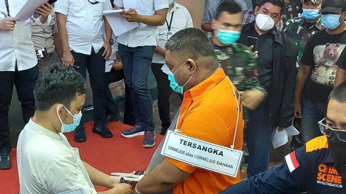 Tersangka Brigadir CS, menjalani rekonstruksi kasus penembakan yang mengakibatkan Pratu MRK Sinurat prajurit Kawal Denma Kostrad meninggal dunia.