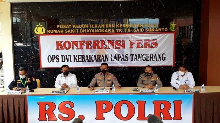 Karopenmas Polri Brigjen Rusdi Hartono (tengah) saat memberi keterangan di RS Polri Kramat Jati, Jakarta Timur, Rabu (15/9/2021).