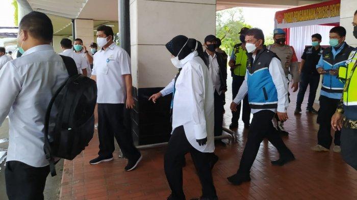 Menteri Sosial Tri Rismaharini saat menyambangi posko crisis center Terminal 2D Bandara Soekarno-Hatta Sriwijaya Air, Senin (11/1/2021).
