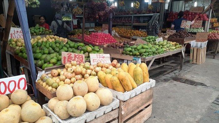 Deretan pedagang buah-buahan di pinggir jalan, juga terlihat kala berada di sekitaran Jalan Raya Bogor, yang tak jauh dari lokasi Pasar Induk Kramat Jati.