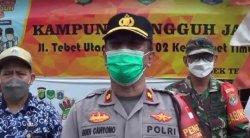 Petugas kepolisian sektor Tebet menggelar tes swab antigen langsung ke rumah warga pada Kamis (20/5/2021).