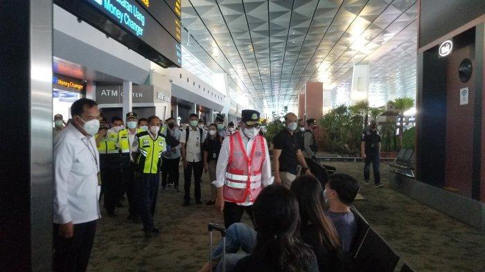 Menteri Perhubungan, Budi Karya Sumadi saat meninjau larangan masa mudik 6-17 Mei 2021 di Terminal 3 Bandara Soekarno-Hatta, Selasa (11/5/2021).