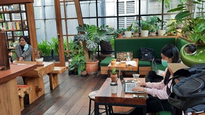 Kalau Kamu ingin ngopi di ruang ber AC, adapula bagian dalam kafe yang dilengkapi dengan beberapa sofa yang nyaman.
