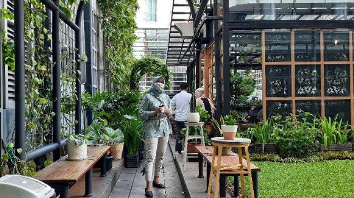 Menikmati Secangkir Kopi di Tengah Kota Jakarta dengan Suasana yang Teduh dan Asri