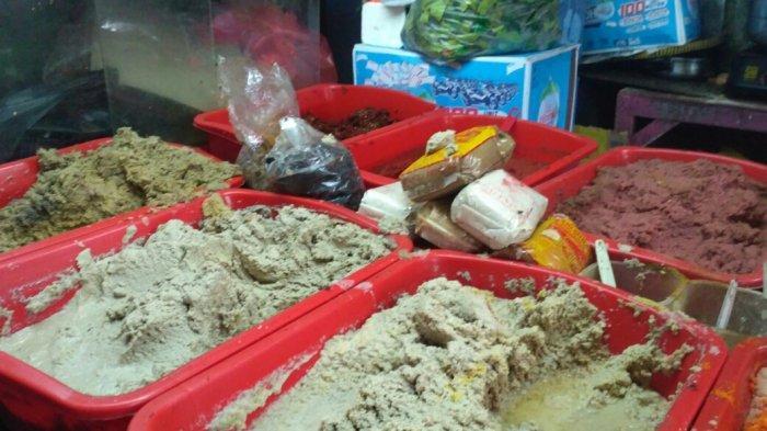 Pembeli Mulai Memburu Bumbu Giling di Pasar Palmerah H-2 Lebaran