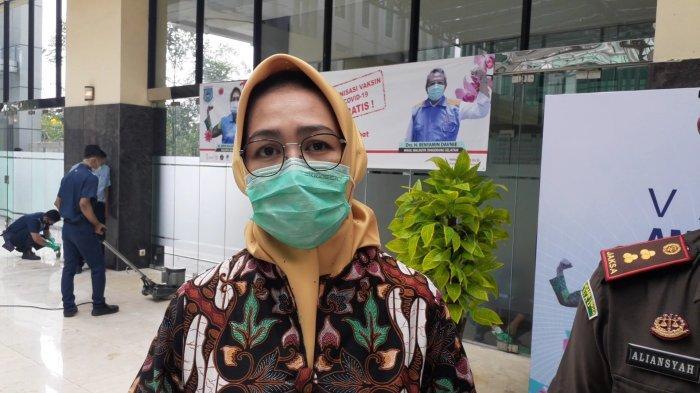 Wali Kota Tangsel, Airin Rachmi Dianydi Kantor Pemkot Tangsel, Jalan Maruga, Ciputat, usai meninjau vaksinasi bagi ASN, Selasa (2/3/2021).