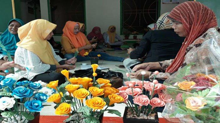 Ibu Ibu Di Bekasi Sulap Sabun Batangan Jadi Kerajinan Bunga Tribun Jakarta