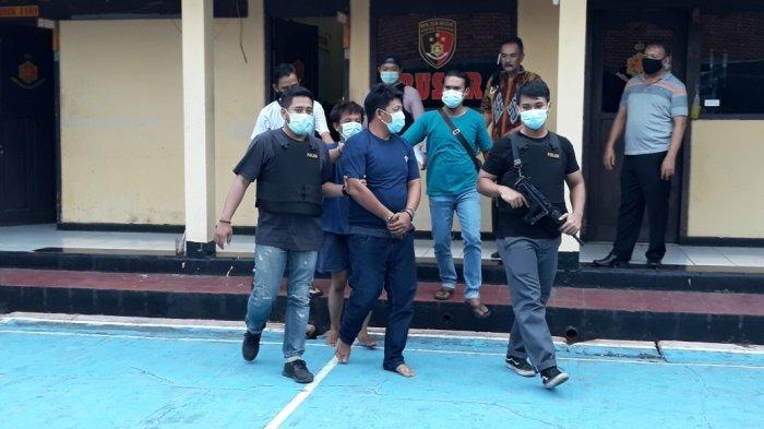 Hendra Supriyatna alias Indra (kanan) dan Muhammad Qhairul Fauzi alias Unyil (kiri) saat dihadirkan di Mapolsek Makasar, Jakarta Timur Rabu (16/12/2020).