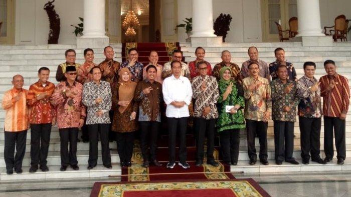 Bertemu Presiden Jokowi di Istana Bogor, 30 Bupati Bergaya Salam Dua Jari