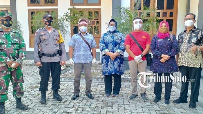 Bupati Sragen, Kusdinar Untung Yuni Sukowati melepas Kakek Vino, Yatin (56) untuk menjemput Vino ke Kabupaten Kutai Barat, Kalimantan Timur.