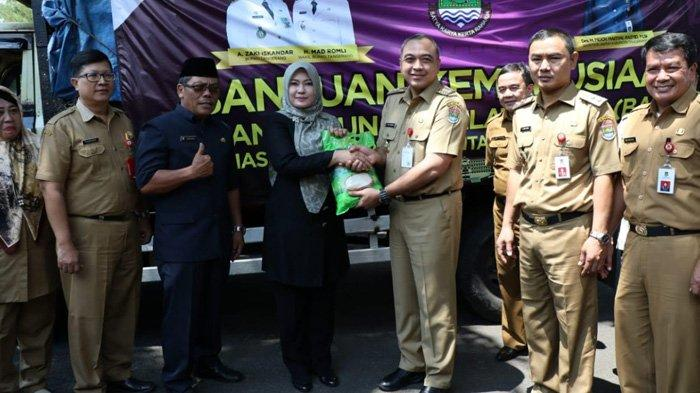 Pemkab Tangerang Sumbang 10 Ton Beras dan Rp 1,5 Miliar ke Korban Tsunami di Banten