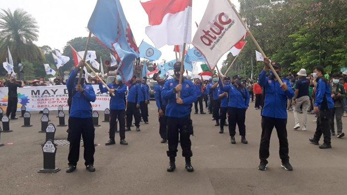 Massa buruh dan mahasiswa berkumpul memperingati May Day (Hari Buruh Internasional) di dekat Istana Negara, Jalan Medan Merdeka Barat, Jakarta Pusat, Sabtu (1/5/2021).