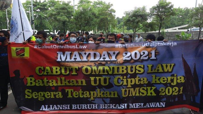 Buruh FSPMI Bekasi menggelar unjuk rasa peringatan May Day 2021 di depan Kantor Pemkot Bekasi, Sabtu (1/5/2021).