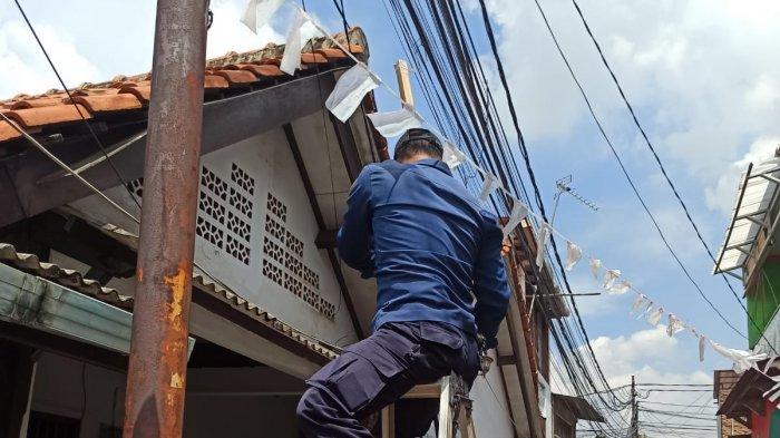 Petugas damkar Pasar Minggu mengevakuasi burung yang tersangkut di tiang listrik pada Senin (13/9/2021).