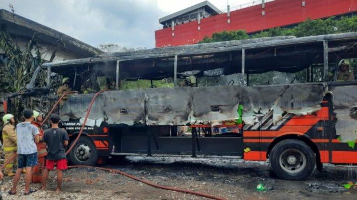 Diduga Akibat Korsleting Listrik AC, Satu Unit Bus Habis Terbakar di Mangga Dua