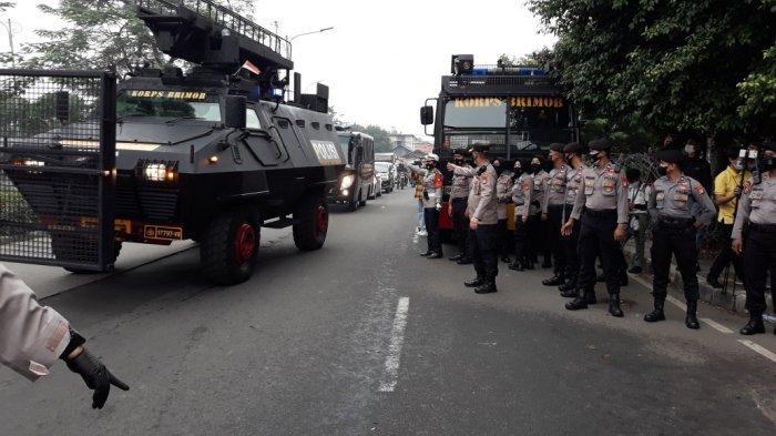 Bus tahanan Kejaksaan Negeri Jakarta Timur yang membawa Rizieq Shihab saat tiba di Pengadilan Negeri Jakarta Timur, Kamis (24/6/2021).