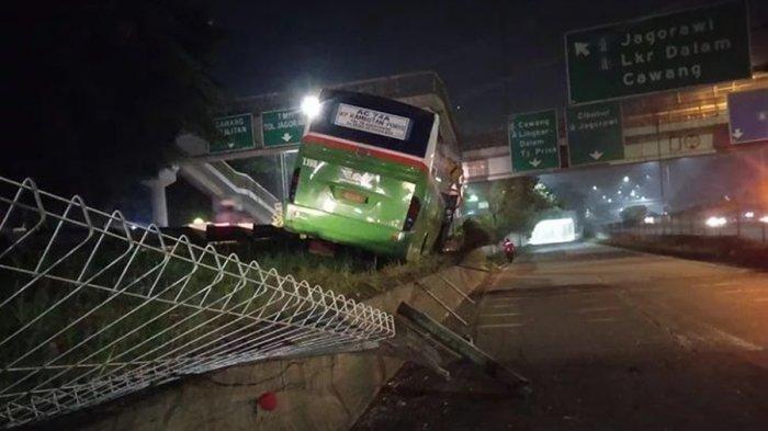 Hindari Motor Menyalip, Bus Mayasari Bhakti Tabrak Pembatas Tol JORR di Ciracas