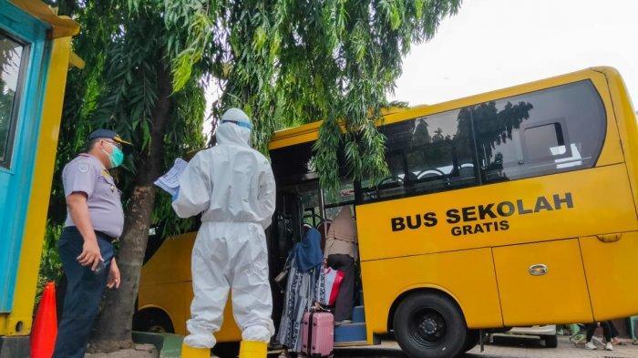 Bus sekolah Dinas Perhubungan DKI Jakarta yang dikerahkan mengangkut pasien terkonfirmasi ke tempat isolasi.