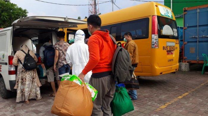 Awak bus sekolah DKI Jakarta saat proses evakuasi pasien terkonfirmasi Covid-19 ke RS rujukan dan tempat isolasi khusus, Sabtu (12/6/2021)