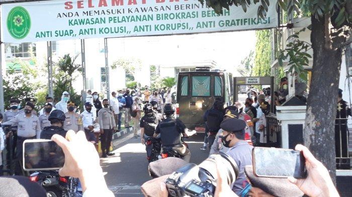 Bus tahanan Kejaksaan yang membawa terdakwa perkara dugaan tindak pidana karantina kesehatan Rizieq Shihab saat masuk ke Pengadilan Negeri Jakarta Timur, Jumat (26/3/2021).