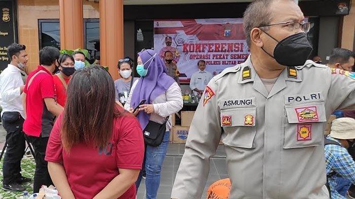 BY (40), muncikari prostitusi online anak di bawah umur saat hendak dibawa ke sel tahanan Polres Blitar Kota, Rabu (7/4/2021). (SURYA.CO.ID/Samsul Hadi)
