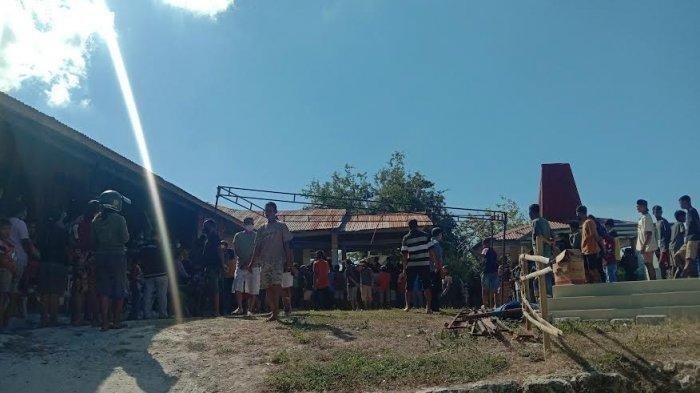 Suasana di rumah duka Camat Kota Waingapu, Dionisius Randjamuda di Mauliru, Kecamatan Kambera, Sumba Timur, Provinsi Nusa Tenggara Timur, Selasa 20 Juli 2021