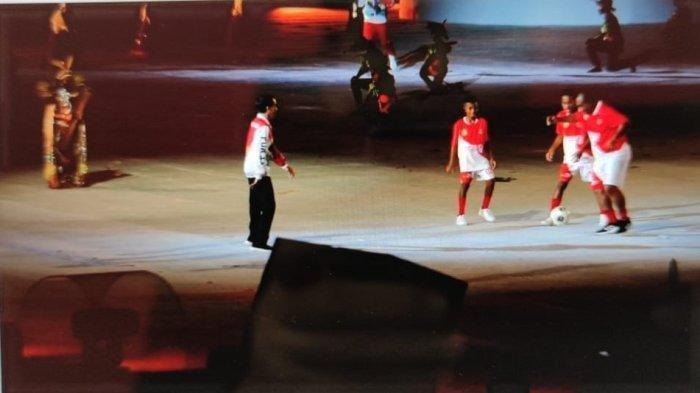 Pembukaan PON XX Papua, Presiden Jokowi Main Bola dengan Anak Papua