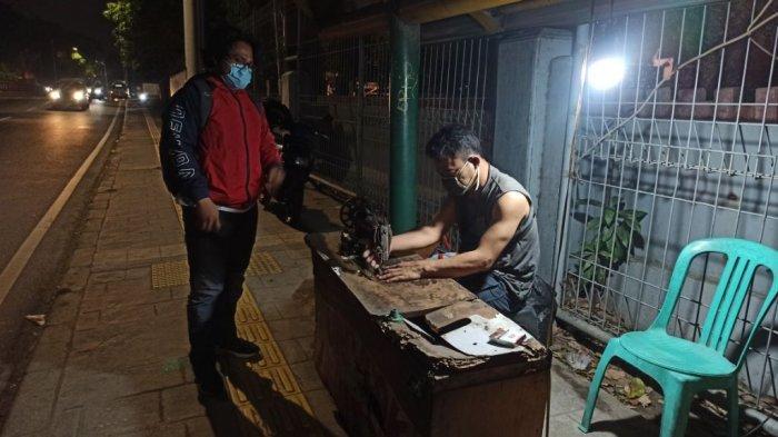 Tukang Vermak Levis Ini Pernah Jahit Celana Robek Gilang Dirga Saat Syuting di Sunda Kelapa