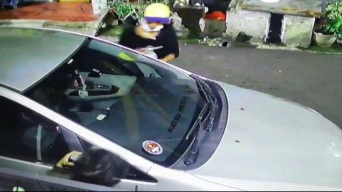 Tampak rekaman CCTV komplotan pelaku pencurian mobil Feriyadi saat beraksi di Pulogadung, Jakarta Timur, Senin (1/3/2021).