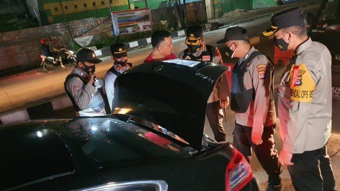 Kapolresta Tangerang, Kombes Pol Wahyu Sri Bintoro mengecek Pos Penyekatan Mudik di Kecamatan Jayanti, pada Kamis (6/5/2021) malam.