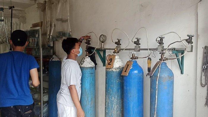 Chiko Jaya, toko alat kesehatan yang melayani pengisian tabung oksigen di bilangan Koja, Jakarta Utara, diburu warga seiring melonjaknya kasus Covid-19.