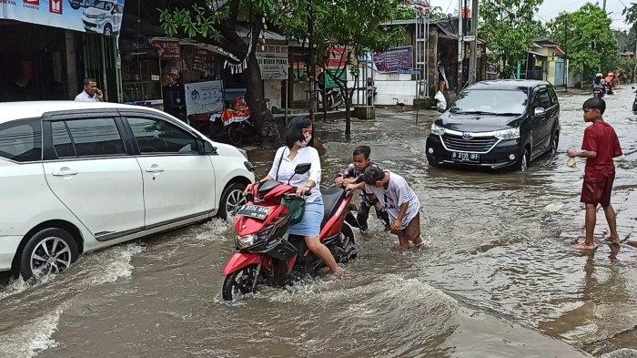 Jakarta Hujan Deras Semalaman, Jalan Sungai Brantas di Cilincing Terendam Banjir