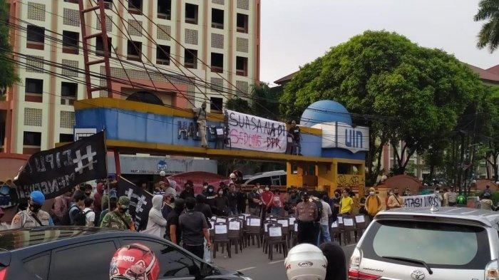 Mahasiwa UIN Jakarta berunjuk rasa tolak pengesahan UU Cipta Kerja, di Ciputat, Selasa (6/10/2020).