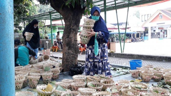 Proses distribusi daging hewan kurban Iduladha 1442 Hijriah di kantor Kelurahan Ciracas, Kecamatan Ciracas, Jakarta Timur, Selasa (20/7/2021).