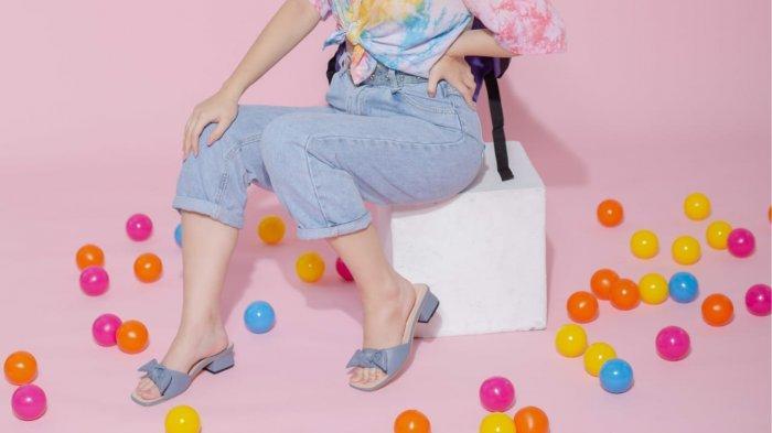 Cleo Cletta merupakan brand fashion lokal yang berfokus pada bidang sepatu wanita yang setiap sepatu dibuat dengan fokus terhadap detail dari perancangan hingga finishing.