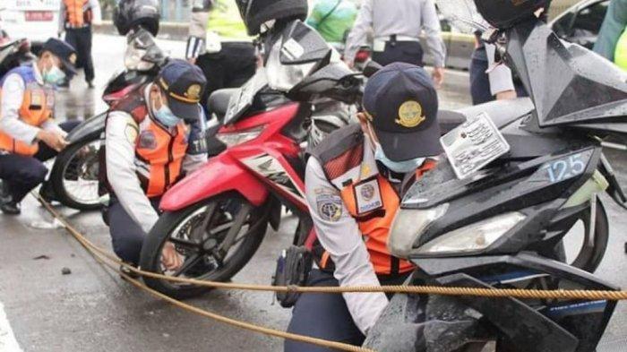 Parkir Sembarangan di Jalan Gunung Sahari, Sejumlah Motor Dicabut Pentil Oleh Petugas Sudinhub Jakut