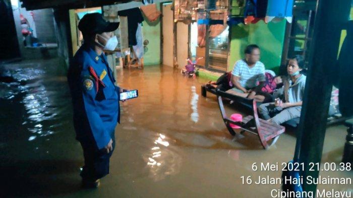 Warga Cipinang Melayu Kebanjiran, Damkar Jakarta Timur Kerahkan Mobil Pompa Sedot Air