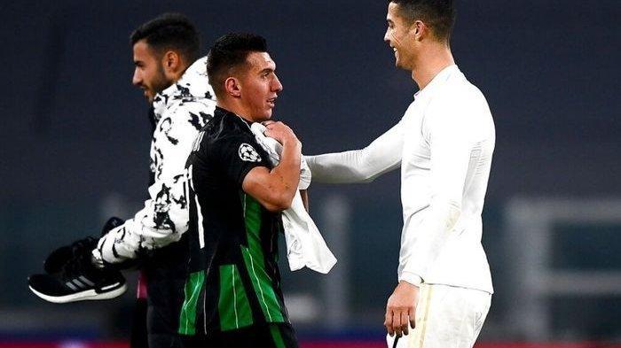 Cristiano Ronaldo dan pemain Ferencvaros Myrto Uzuni dalam laga pada Selasa (24/11/2020).