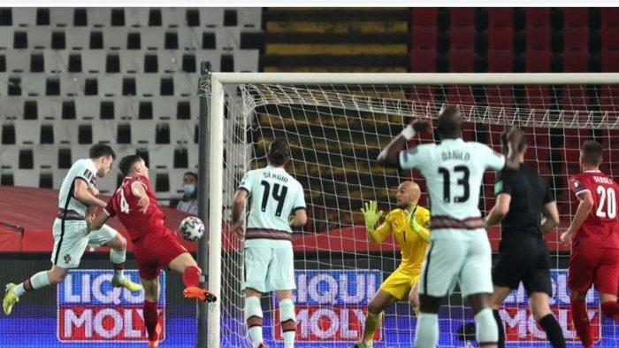 Cristiano Ronaldo marah sambil banting ban kapten saat meninggalkan lapangan, sementara Portugal pun gagal menang dari Serbia.
