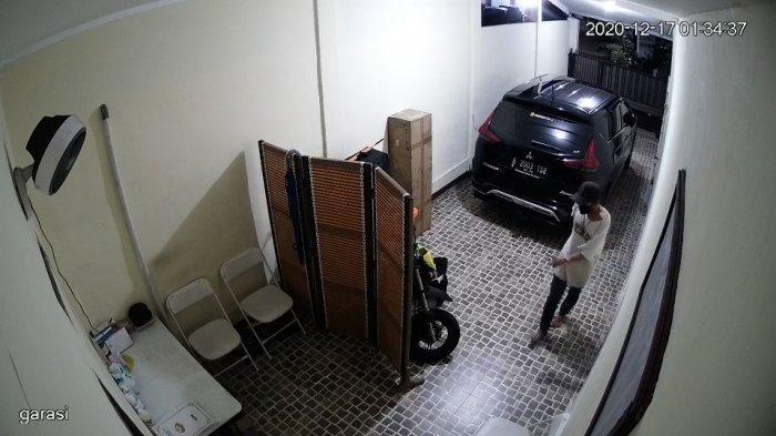 Tangkapan layar rekaman CCTV saat RD (17) mencuri tiga sepatu dari satu rumah anggota Brimob di Asrama Brimob Cipinang, Jakarta Timur, Jumat (18/12/2020)