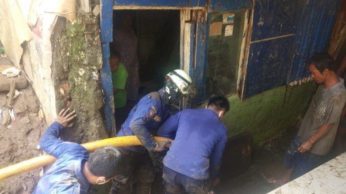 Petugas Gabungan Lanjutkan Proses Bersih-bersih Permukiman Warga Korban Banjir di Jakarta Timur