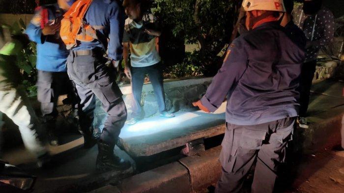 Ponsel Tercebur Gorong-gorong, Driver Ojol di Cilandak Minta Bantuan PetugasPemadam Kebakaran