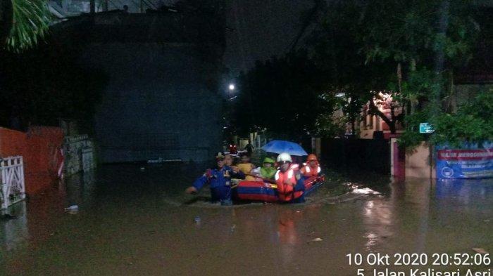 Gunakan Perahu Karet, Personel Damkar Evakuasi Warga Korban Banjir di 3 Kecamatan Jakarta Timur
