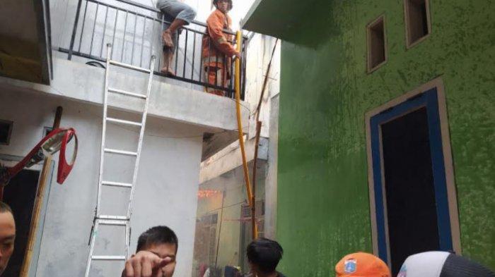 Bantu Padamkan Api di Jalan Bendungan Hilir, Warga Alami Patah Tulang Terjatuh dari Atap Rumah