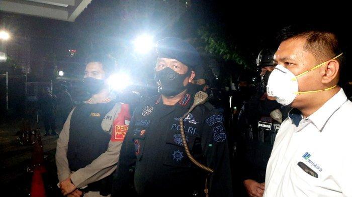 Dansat Bantek Gegana Korps Brimob Polri, Kombes Dadang Raharja (tengah), memberikan keterangan pers usai simulasi penanganan ancaman bom dan teroris di Stasiun MRT Lebak Bulus, Jakarta Selatan, Rabu (16/12/2020) malam.