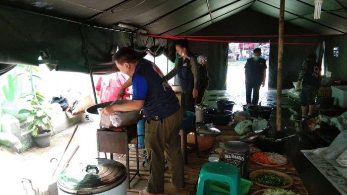 Dapur umum Palang Merah Indonesia (PMI) Kota Tangerang yang dibuka untuk para korban banjir berlokasi di markas utamanya sejak hari ini, Minggu (21/2/2021).