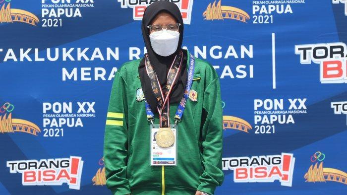 Perenang Jawa Timur Dea Salsabila Putri saat tampil pada cabang olahraga Renang Perairan Terbuka 3KM putri di PON XX Papua, Jayapura, Rabu (6/10/2021). Dea berhasil menyumbangkan emas untuk Jawa Timur usai finish di urutan pertama dengan catatan waktu 00.41.08