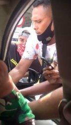 Tangkapan layar video viral debt collector kerubungi mobil yang dikemudikan Serda Nurhadi.
