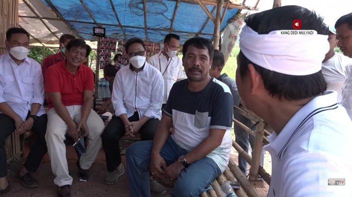 Kang Dedi Mulyadi sedang berdiskusi dengan pengusaha cut and fill perumahan yang mengaku ditipu pihak developer.